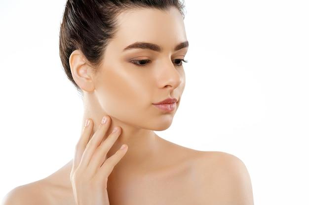 Mooi gezicht. mooie vrouw met natuurlijke make-up. close-upportret van modelmeisje met gezonde vlotte gezichtshuid.