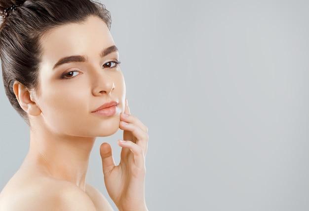 Mooi gezicht. mooie vrouw met natuurlijke make-up. meisje met schone frisse huid. detailopname