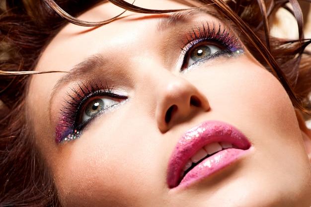 Mooi gezicht van een glamourvrouw met lichte make-up van de manier