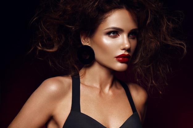 Mooi gezicht van een mannequin met rode lippen. studio portret.