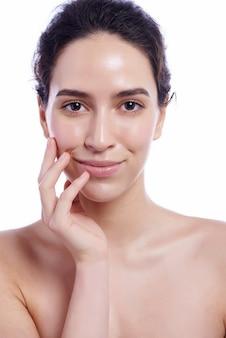 Mooi gezicht van jonge volwassen vrouw met schone frisse huid - geïsoleerd op wit