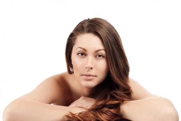 Mooi gezicht van jonge volwassen vrouw met schone frisse huid - geïsoleerd op wit.