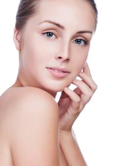 Mooi gezicht van jonge volwassen vrouw met schone frisse huid op wit