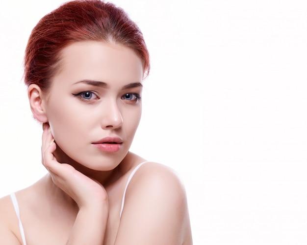 Mooi gezicht van jonge volwassen vrouw met schone huid