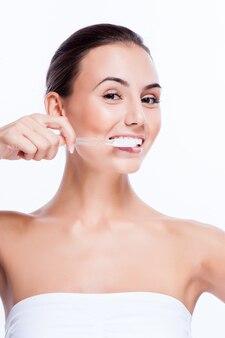 Mooi gezicht van jonge volwassen vrouw met tandenborstel