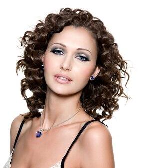 Mooi gezicht van jonge vrouw met krullend haar