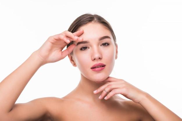 Mooi gezicht van jonge vrouw met schone huid geïsoleerd op een witte muur