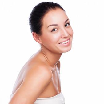 Mooi gezicht van mooie glimlachende vrouw die - die bij studio stellen op wit wordt geïsoleerd