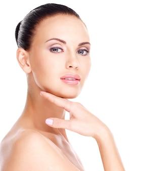 Mooi gezond gezicht van de jonge mooie blanke vrouw met frisse huid