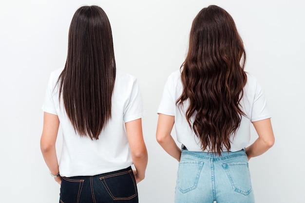 Mooi gezond lang haar. schoonheid brunettes model met prachtig recht lang haar dat langs haar rug hangt. achteraanzicht