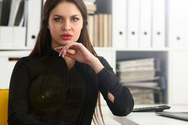 Mooi glimlachend bediende meisje op werkplek praten met bezoeker