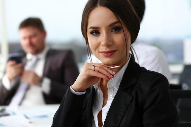Mooi glimlachend donkerbruin bediendenmeisje op het werk