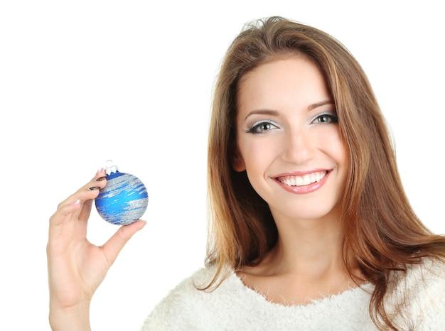 Mooi glimlachend meisje met kerstmisspeelgoed dat op wit wordt geïsoleerd