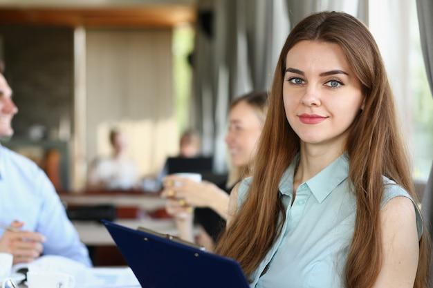 Mooi glimlachend vrolijk meisje op de werkplek