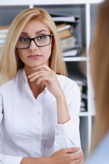 Mooi glimlachend zakenvrouwportret op de werkplek