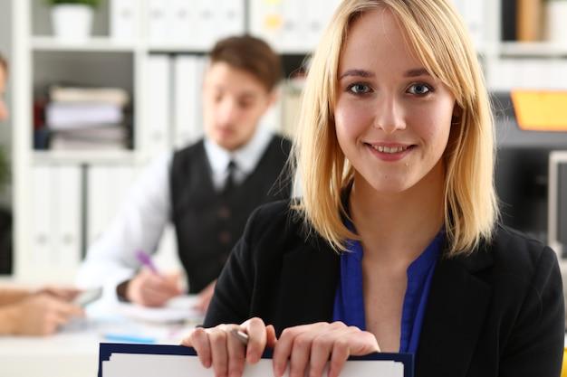 Mooi glimlachend zakenvrouwportret