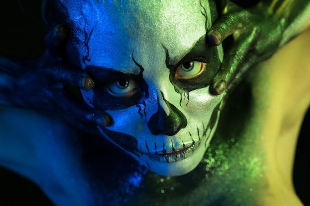 Mooi griezelig meisje met skelet make-up