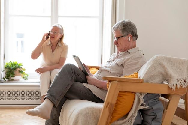 Mooi grootouderspaar leert digitaal apparaat te gebruiken