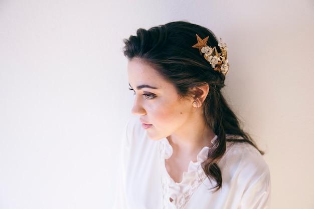 Mooi haarornament dat lang kapsel op een aanstaande bruid verfraait