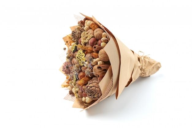Mooi handgemaakt geschenk gemaakt van noten en gedroogde bloemen