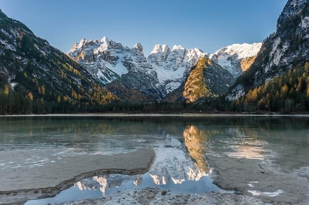 Mooi herfstlandschap met meer en bergen, pure reflectie in kalm water