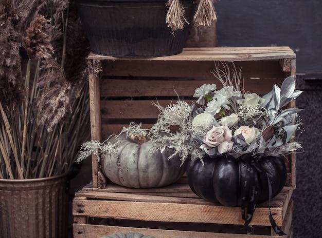 Mooi herfststraatdecor met pompoenen en bloemen.