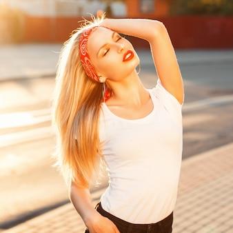 Mooi hipster meisje met rode lippen