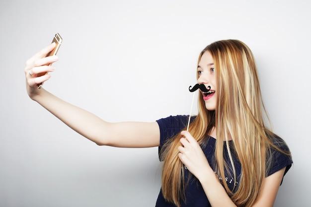 Mooi hipstermeisje dat selfie neemt