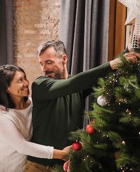 Mooi hoger kerstmispaar dat elkaar bekijkt