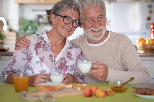 Mooi hoger paar dat thuis ontbijt. pensioen levensstijl
