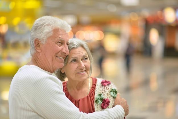 Mooi hoger paar in een winkelcentrum