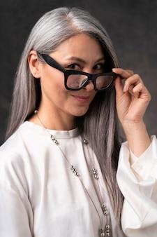 Mooi hoger vrouwenportret met glazen