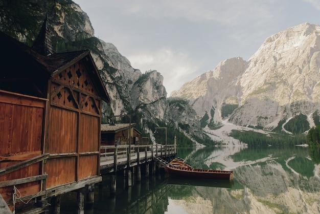 Mooi houten huis aan het meer ergens in de italiaanse dolomieten
