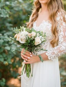 Mooi huwelijksboeket in handen van de bruid. .