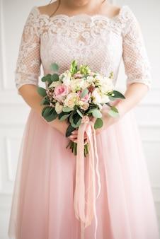Mooi huwelijksboeket in handen van de bruid