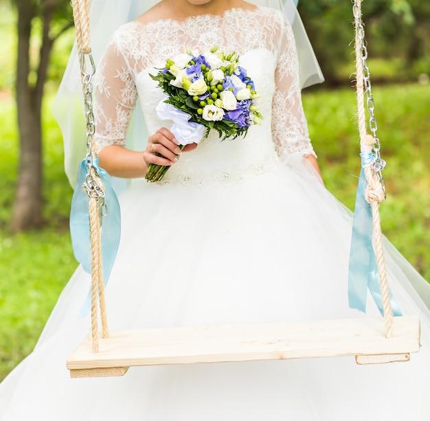 Mooi huwelijksboeket in handen van het bruidclose-up