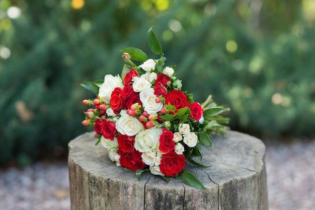 Mooi huwelijksboeket van rode en lichte rozen