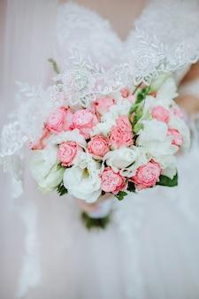 Mooi huwelijksboeket van witte en roze rozen