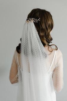 Mooi huwelijkskapsel voor een jonge bruid.