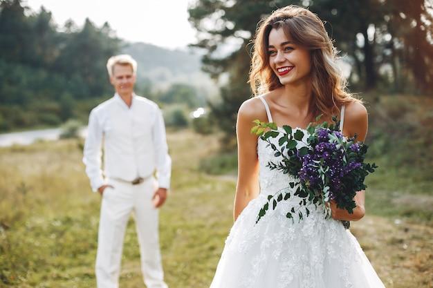 Mooi huwelijkspaar op een de zomergebied