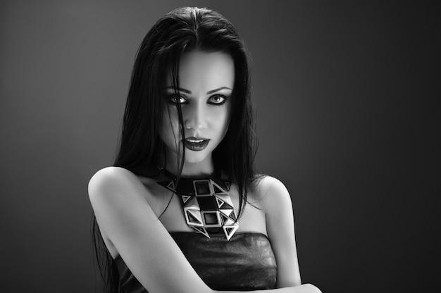 Mooi in het zwart. monochroom studio portret van een prachtige donkerharige vrouw die professionele intensieve make-up draagt, mysterieus mysterie dame fetisj sexy hete seksualiteit verleiding erotisch concept