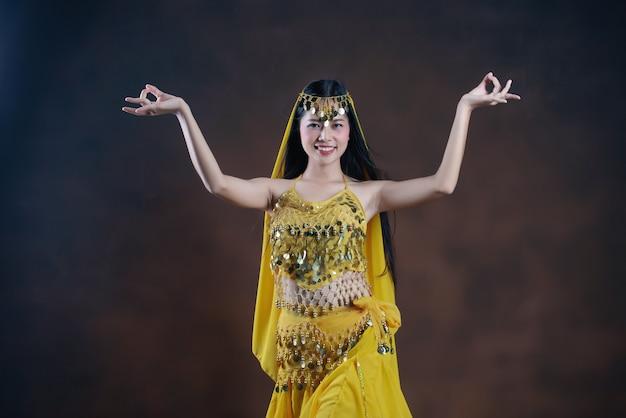 Mooi indisch jong hindoes vrouwenmodel. traditionele indische kostuum gele saree.