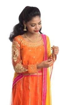 Mooi indisch meisje dat rakhi toont ter gelegenheid van raksha bandhan.