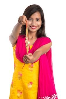 Mooi indisch meisje dat rakhis toont ter gelegenheid van raksha bandhan