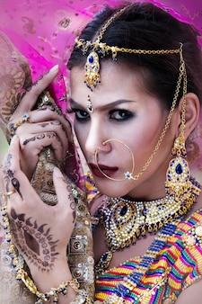 Mooi indisch meisje jong hindoes vrouwenmodel met kundanjuwelen.