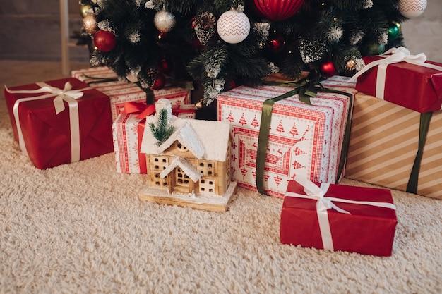 Mooi ingepakte kerstcadeautjes onder de boom