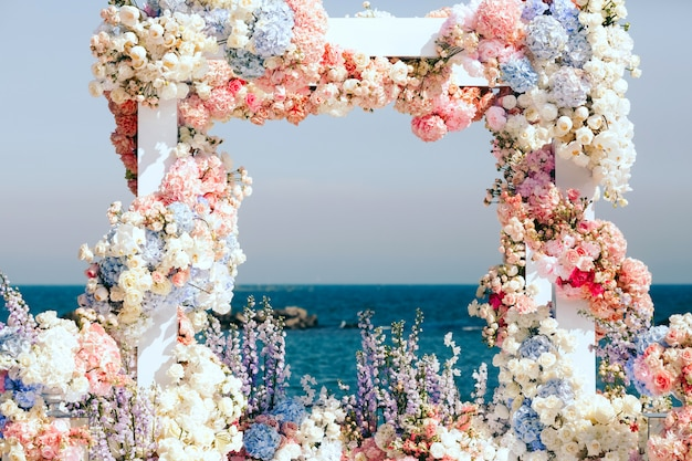 Mooi ingerichte huwelijksboog in de buurt van de zee