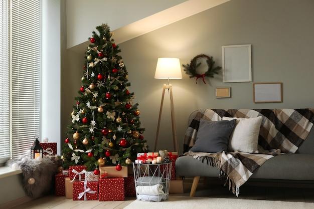 Mooi interieur ingericht voor kerstmis of nieuwjaar kerstboom en cadeaus plaats voor tekst