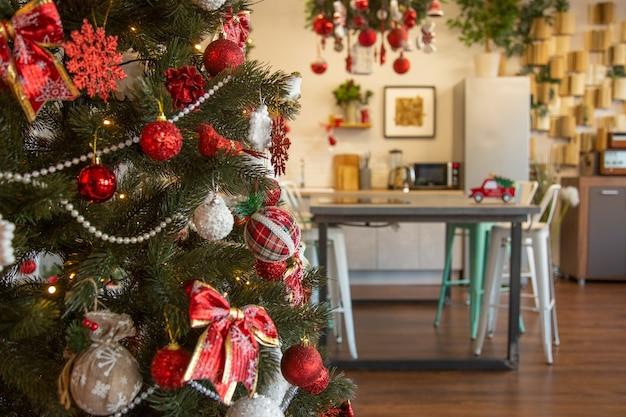Mooi interieur van de keuken gedecoreerd voor kerstviering rood versierde kerstboom