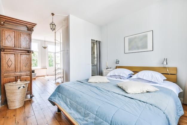 Mooi interieur van moderne en gezellige slaapkamer